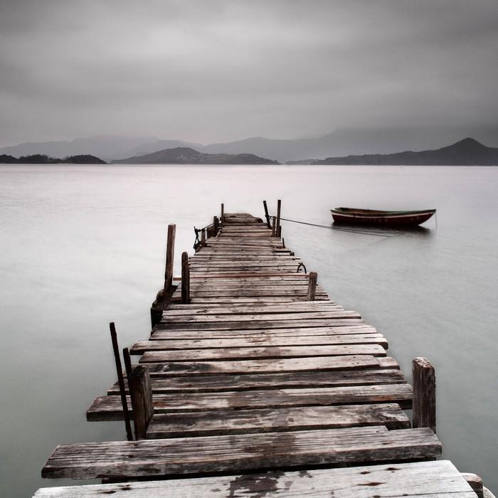 MIRANDO SOBRE UN MUELLE Y UN BARCO BAJA SATURACIÓN - Fotomural Tapiz Con Muelle y Barco
